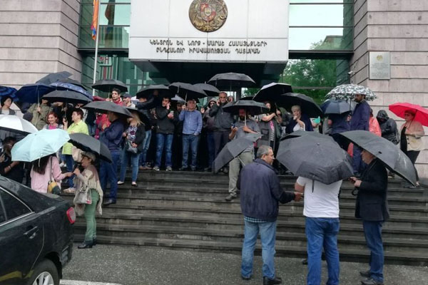 Yerevan citizens block several courthouses after PM's call